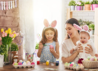Eine Familie bereitet sich auf das Osterfest vor. (choreograph / Depositphotos)