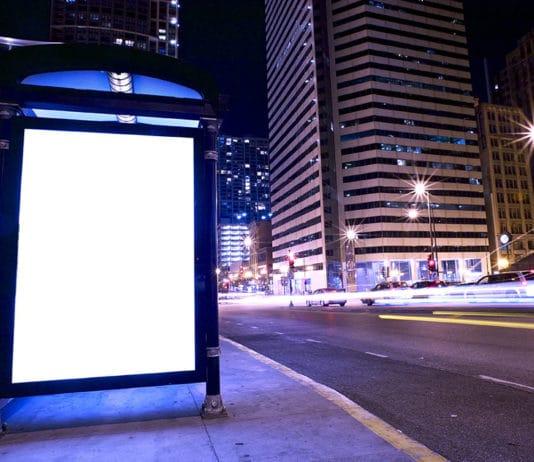 Werbebanner an einer Bushaltestelle